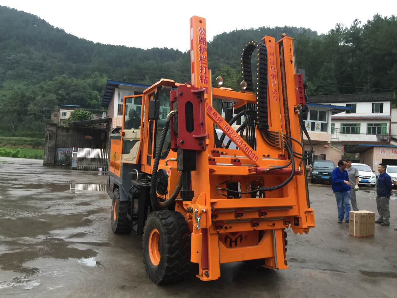 Road guardrail installation machine, drilling / pile driver