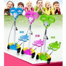 Crianças passeio de carro no brinquedo do carro (h8194016)