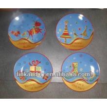 Regalo de Navidad decorando placas de postre de cerámica pequeña
