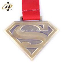 Antique Bronze Finisher Superman personalizado executando medalhas esportivas