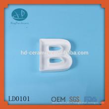 Design en céramique alphabet en lettres grecques, plat BOO, produit nouveau design unique décoration personnalisée en laine blanche
