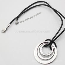 Unisex plata de metal collar de tres anillos con cordón de cuero negro