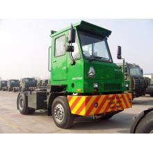 Трактор тележки sinotruck HOWO перевозит на набережной инженерных грузовик