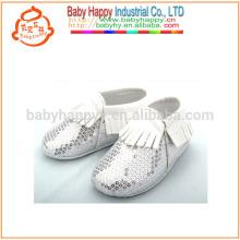 Los nuevos mocasines llevados bebé calzan los zapatos de bebé lindos del cequi de la astilla