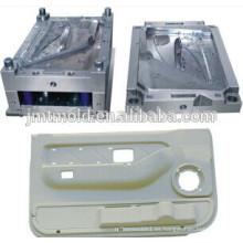 El profesional hace el molde plástico del panel interno de la puerta de coche, molde del panel 2auto, molde auto de la pieza