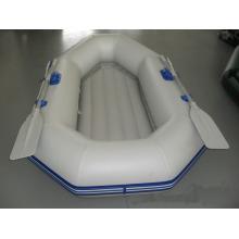 Драматическая надувная лодка белого цвета для рыбалки или дрейфа