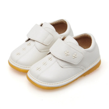 Feste weiße Baby-beiläufige quietschende Schuhe