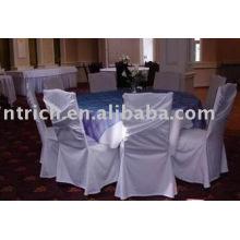 charmante Stuhlabdeckung und Tischdecke