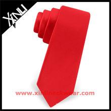Laço vermelho do terno preto natural