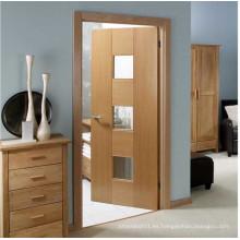 Puerta de baño de madera pintada con vidrio esmerilado