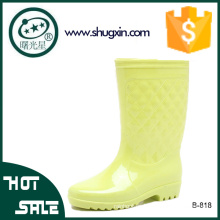 Las mujeres calzan las botas de lluvia los zapatos de lluvia para las mujeres