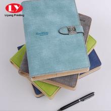 caderno de pasta de couro clássico com trava de metal
