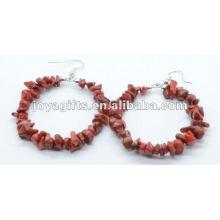 Forma redonda coral vermelho chip pedra brinco