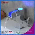 Robinet d'eau de cuvette en laiton à cascade de 3 couleurs auto-alimenté (QH0615AF)