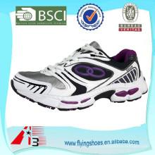 Фабрика подгоняет прочную спортивную обувь бренда