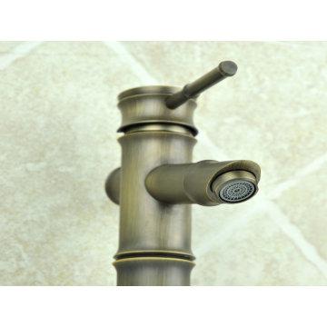 Античный faucet тазика с Латунным