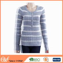 Mujeres maduras atractivas en suéteres hechos punto cable apretados