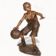 Decoração de jardim bronze tamanho vida menino jogando basquete escultura