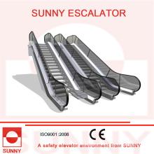 Rolltreppe mit runder Handlauf-Einlasskappe und klar kontrastierender Bodenplatte, Sn-Es-D045