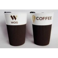 Vente en gros Tasse à café en céramique avec couvercle en plastique et manchon en silicone