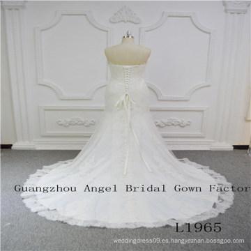 Encantador vestido de novia sin tirantes con encaje