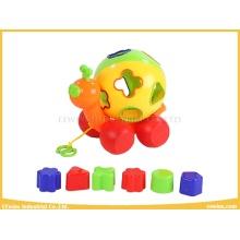 Plastikspielzeug-Schnecke mit rollendem Ball und Blöcken spielt