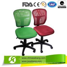 Cadeira de escritório de cores diferentes com apoio para os pés