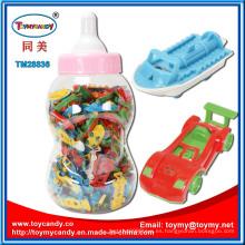 Barco y pequeño coche de juguete dentro de la forma de la botella de alimentación