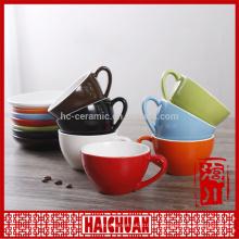 Buena taza de té de cerámica roja y platillo