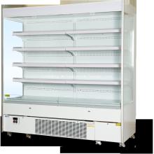 Offener Kühlschrank mit mehreren Decks im Supermarkt für Milchprodukte und Wurst