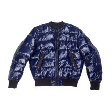 Relleno falso dentro de la chaqueta acolchada de hombre