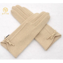 Damen Handgelenk Länge trägt weiße Wolle Handschuh