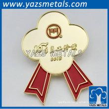 insignias de metal en forma de flor de oro para el personal