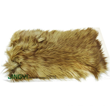Gros chèvre cheveux longs et plaque de peau de mouton
