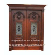 Porte en bois massif sculpté et double porte extérieure ouverte