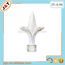 Weiße Vorhangstange mit dekorativen Metallmalerei Finials
