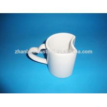 Taza de cerámica blanca formada nuevo 2015