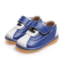 Marine und weiße Baby-quietschende Schuhe