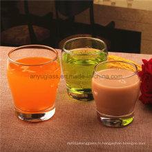 Boire un verre de vin, une tasse à bière, une coupe de jus ou une tasse à boisson