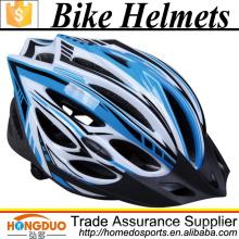 Capacete de bicicleta com roupa protetora