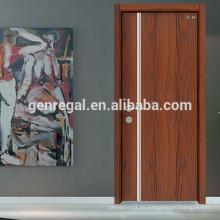 Puerta de madera interior de apartamento utilitario