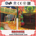 Dschungel Thema Indoor Spielplatz mit riesigen Ball Pit und Klettern Netz