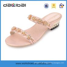 Sandálias felizes dos pés do modelo de forma para sapatas e sandálias dos deslizadores das senhoras das meninas as mais atrasadas