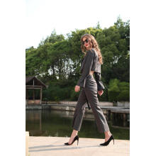 Женский укороченный пиджак в полоску и брюки