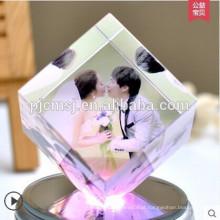 Cubo de cristal do laser da forma 3d com a foto gravada para a decoração do casamento