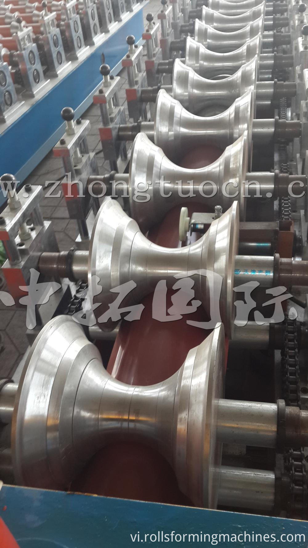 Ridge roll forming machine (18)