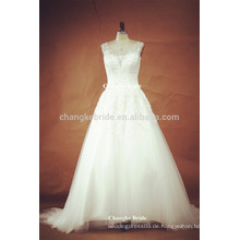 Schöne Prinzessin sehen durch hintere weiße Hochzeits-Kleider mit Beadings
