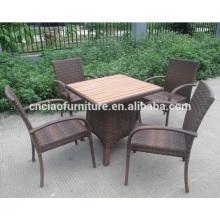Détendez-vous en plein air en rotin table à manger et une chaise