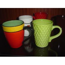 Taza de cerámica verde con textura