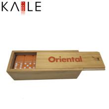 Modedesign Orange Domino mit weißen Punkten in Holzkiste